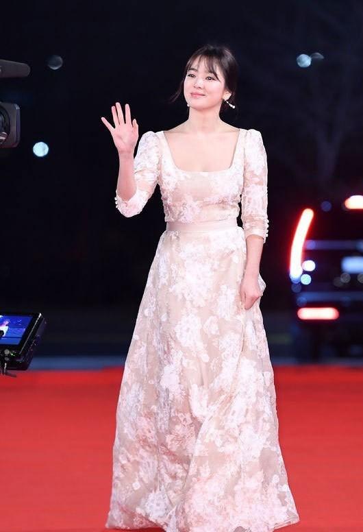 người đẹp,đầm,lộng lẫy,sải bước,kiêu sa,photo,Hàn Quốc,Song Hye Kyo, Song Joong Ki, Hậu duệ mặt trời, giải Daesang, KBS, Seoul - ảnh 1