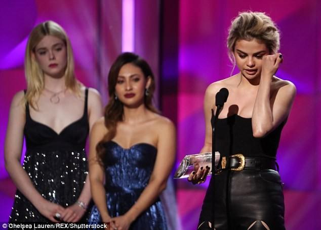 Nhận giải 'Phụ nữ của năm', Selena bật khóc cảm ơn cô bạn ghép thận - ảnh 1