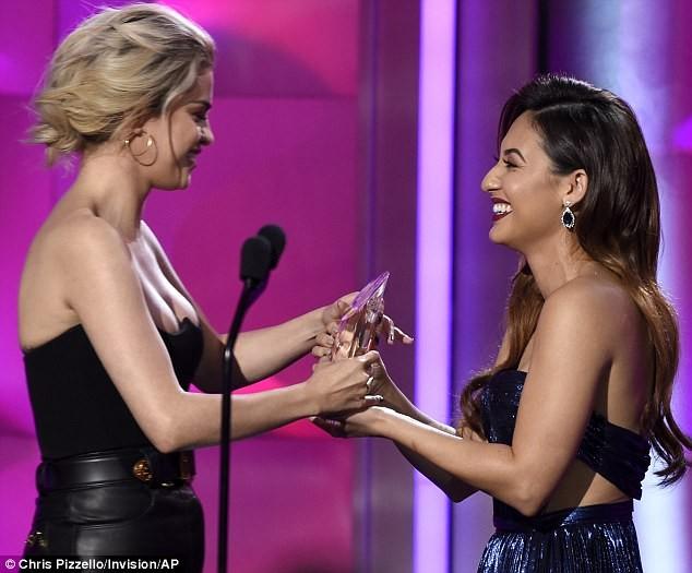 Nhận giải 'Phụ nữ của năm', Selena bật khóc cảm ơn cô bạn ghép thận - ảnh 3