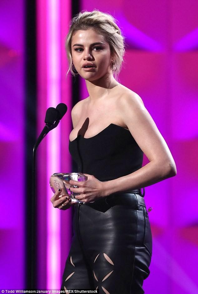 Nhận giải 'Phụ nữ của năm', Selena bật khóc cảm ơn cô bạn ghép thận - ảnh 2