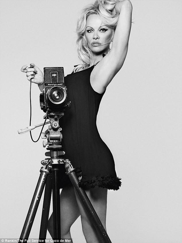 Pamela Anderson tự tin diện nội y khoe dáng bốc lửa ở tuổi 50 - ảnh 8