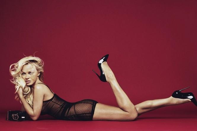 Pamela Anderson tự tin diện nội y khoe dáng bốc lửa ở tuổi 50 - ảnh 1