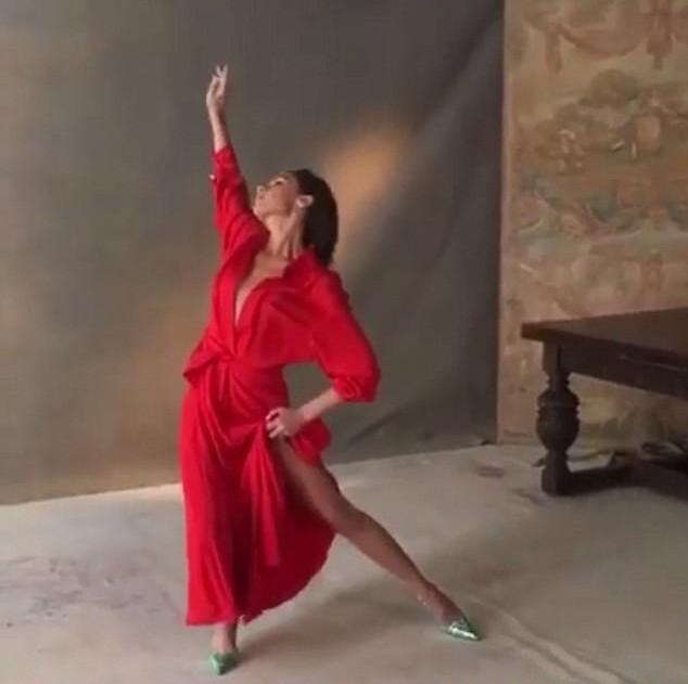 Victoria Beckham mặc gợi cảm khoe chân thon dáng chuẩn - ảnh 5