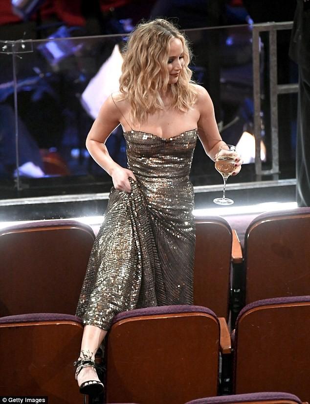 Người đẹp Jennifer Lawrence kéo váy trèo qua ghế - ảnh 2