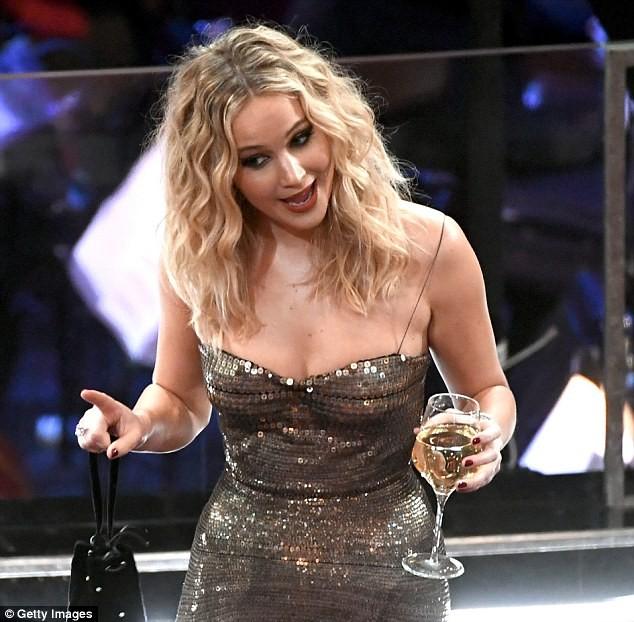 Người đẹp Jennifer Lawrence kéo váy trèo qua ghế - ảnh 1
