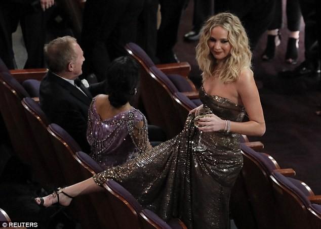 Người đẹp Jennifer Lawrence kéo váy trèo qua ghế - ảnh 3