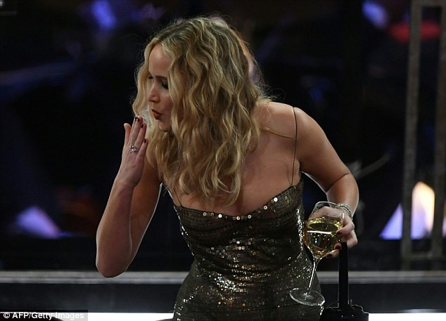 Người đẹp Jennifer Lawrence kéo váy trèo qua ghế - ảnh 4