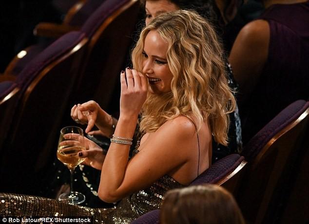Người đẹp Jennifer Lawrence kéo váy trèo qua ghế - ảnh 5