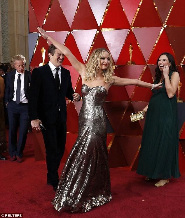 Người đẹp Jennifer Lawrence kéo váy trèo qua ghế - ảnh 7