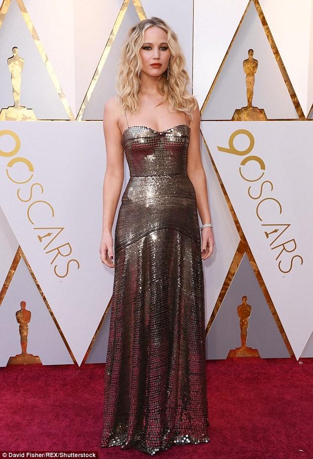 Người đẹp Jennifer Lawrence kéo váy trèo qua ghế - ảnh 8