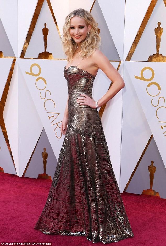 Người đẹp Jennifer Lawrence kéo váy trèo qua ghế - ảnh 9
