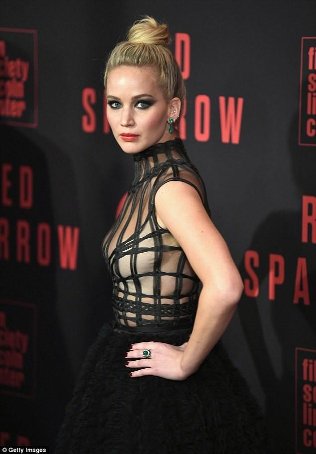 Người đẹp Jennifer Lawrence kéo váy trèo qua ghế - ảnh 10