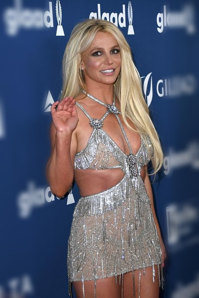 Britney Spears mặc thiếu vải - ảnh 10