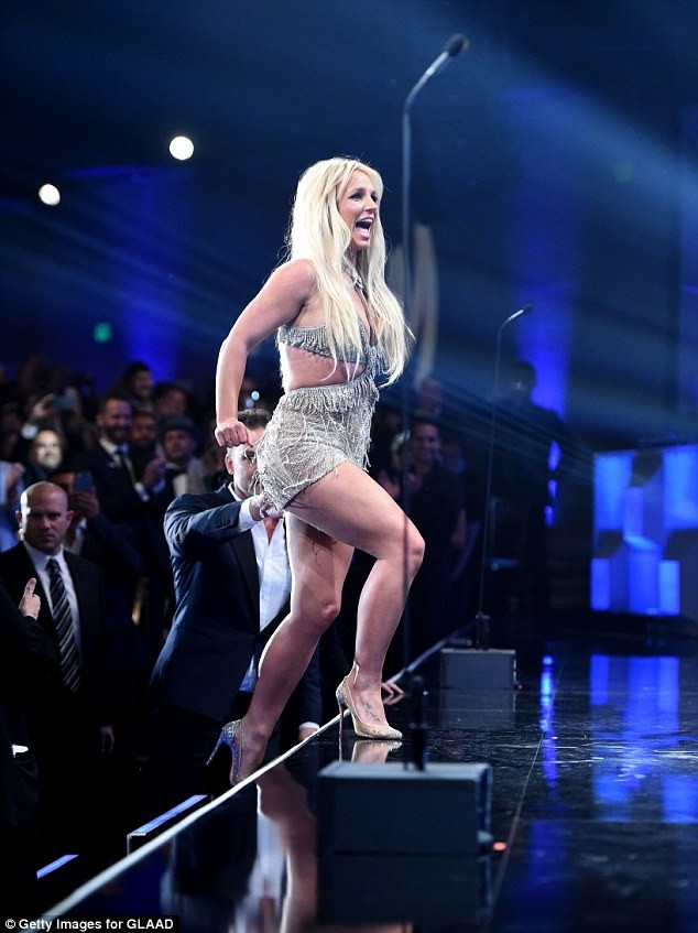 Britney Spears mặc thiếu vải - ảnh 11