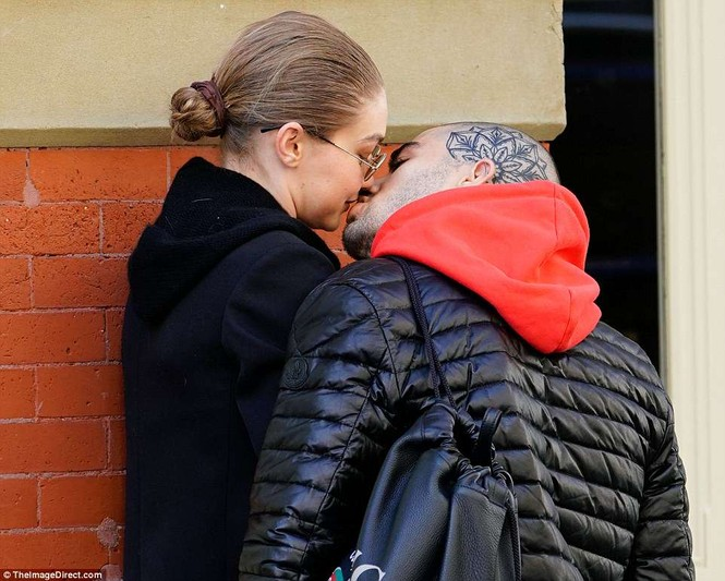 Gigi Hadid hôn Zayn Malik - ảnh 6