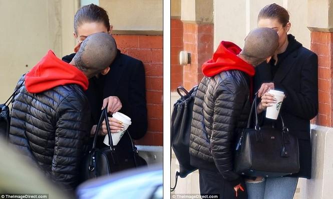 Gigi Hadid hôn Zayn Malik - ảnh 8