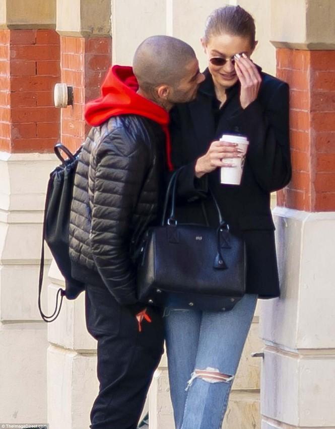Gigi Hadid hôn Zayn Malik - ảnh 2
