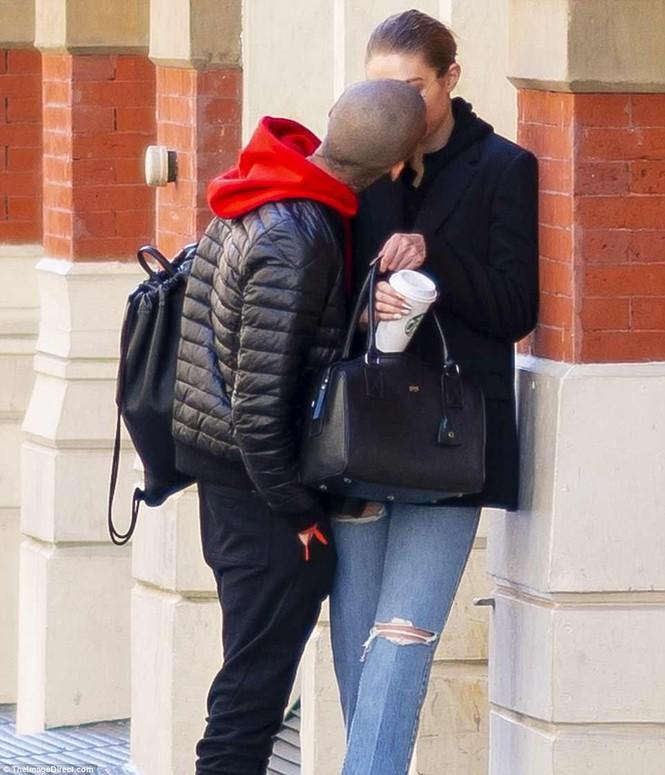 Gigi Hadid hôn Zayn Malik - ảnh 5