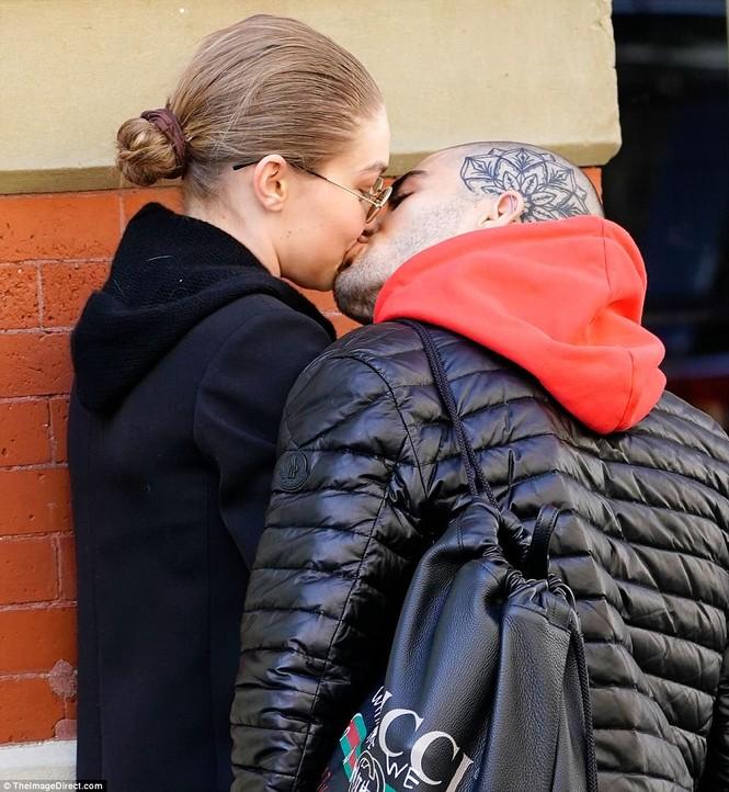 Gigi Hadid hôn Zayn Malik - ảnh 7