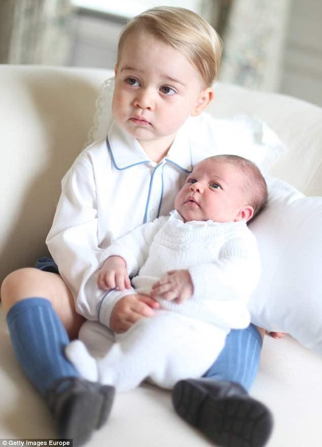 công chúa Charlotte thơm em trai Louis - ảnh 4