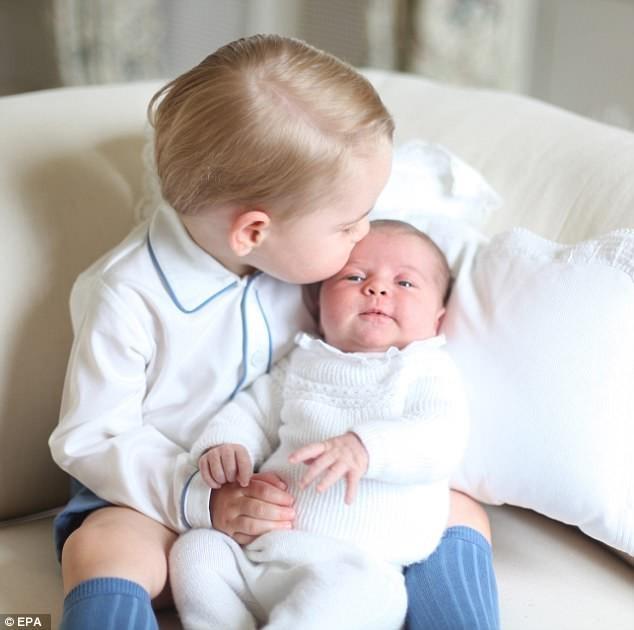 công chúa Charlotte thơm em trai Louis - ảnh 3