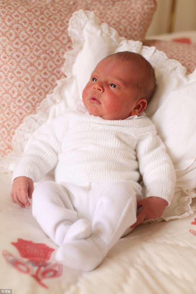 công chúa Charlotte thơm em trai Louis - ảnh 1