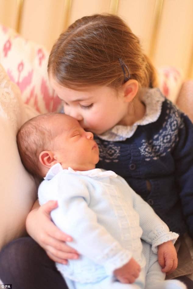 công chúa Charlotte thơm em trai Louis - ảnh 2