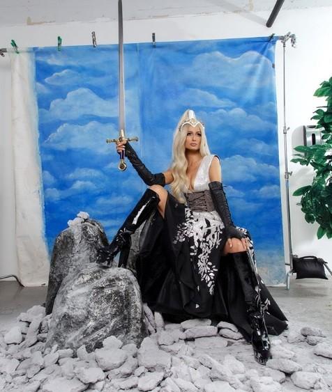 Paris Hilton bốc lửa gợi tình, tiết lộ tủ giày 'khủng' 23 tỉ đồng - ảnh 8
