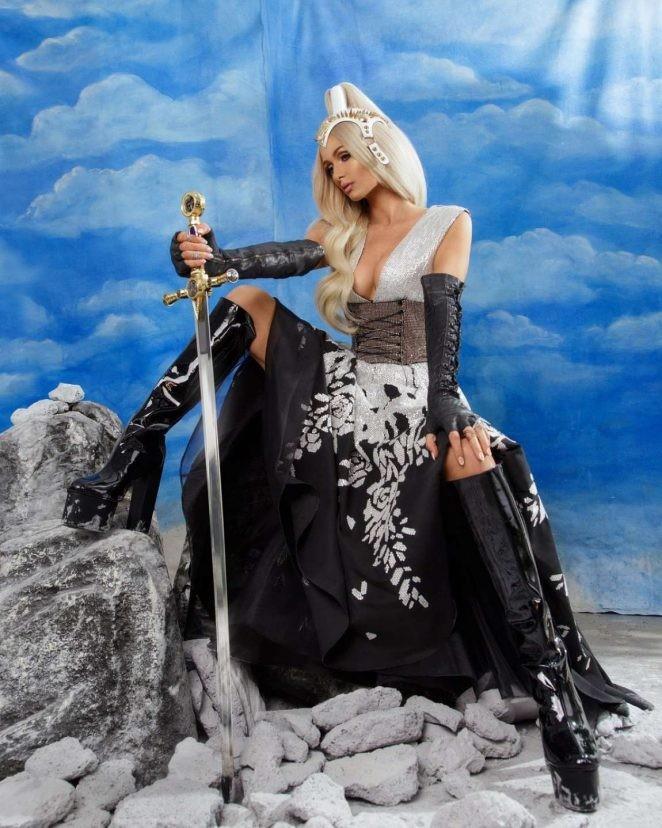 Paris Hilton bốc lửa gợi tình, tiết lộ tủ giày 'khủng' 23 tỉ đồng - ảnh 6