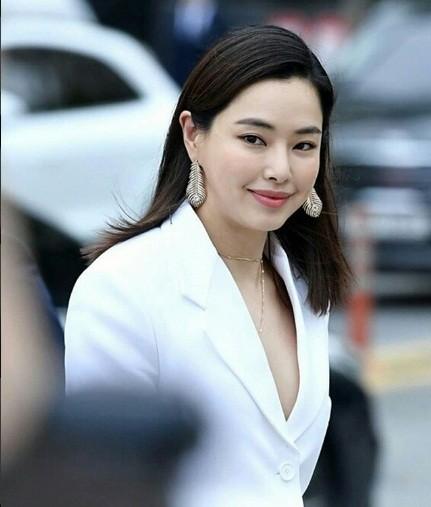 'Chị đại' Kim Hye Soo đọ sắc Hoa hậu Honey Lee và thiên thần 9x Sulli - ảnh 8