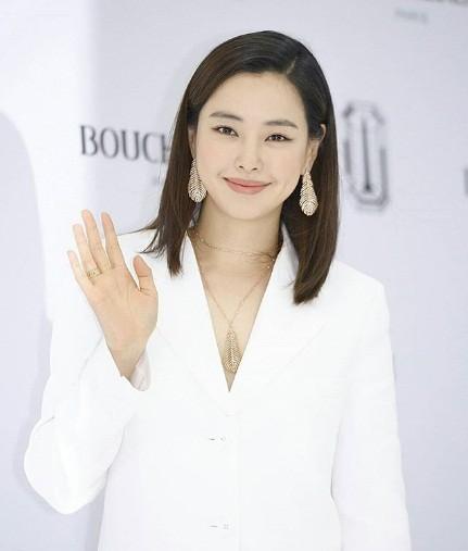 'Chị đại' Kim Hye Soo đọ sắc Hoa hậu Honey Lee và thiên thần 9x Sulli - ảnh 9