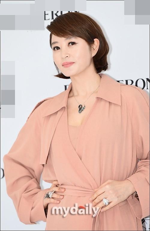 'Chị đại' Kim Hye Soo đọ sắc Hoa hậu Honey Lee và thiên thần 9x Sulli - ảnh 3