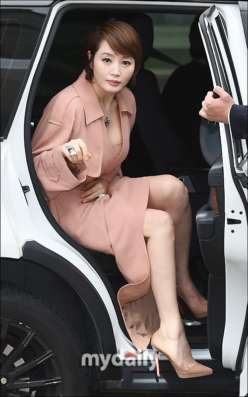 'Chị đại' Kim Hye Soo đọ sắc Hoa hậu Honey Lee và thiên thần 9x Sulli - ảnh 1