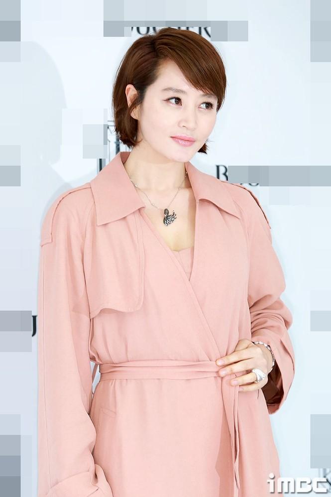 'Chị đại' Kim Hye Soo đọ sắc Hoa hậu Honey Lee và thiên thần 9x Sulli - ảnh 4