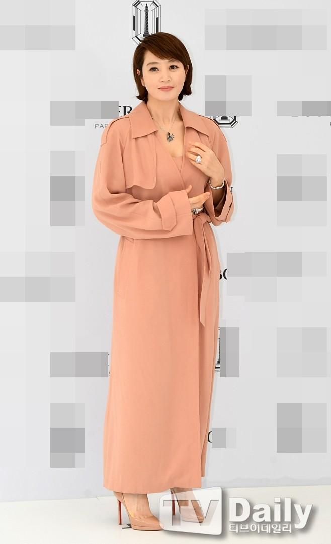 'Chị đại' Kim Hye Soo đọ sắc Hoa hậu Honey Lee và thiên thần 9x Sulli - ảnh 6