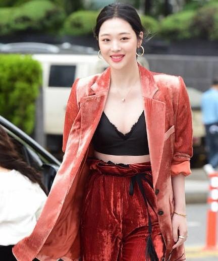 'Chị đại' Kim Hye Soo đọ sắc Hoa hậu Honey Lee và thiên thần 9x Sulli - ảnh 10