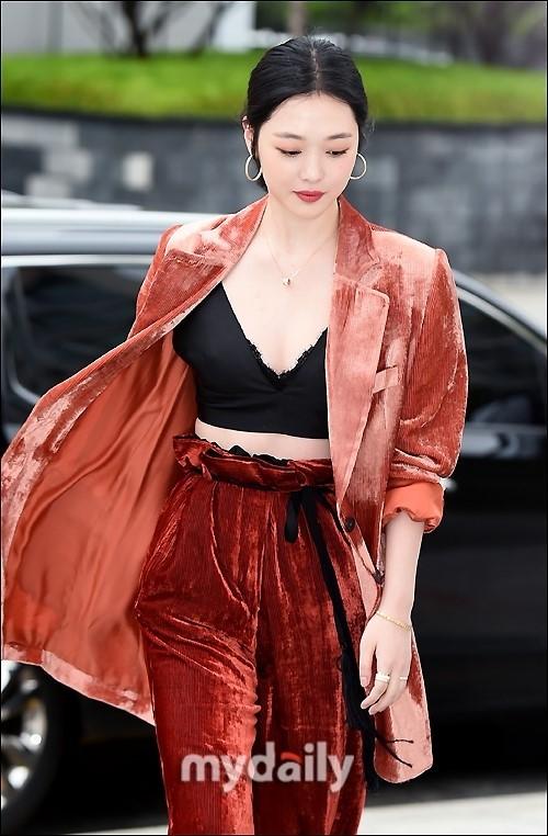 'Chị đại' Kim Hye Soo đọ sắc Hoa hậu Honey Lee và thiên thần 9x Sulli - ảnh 11