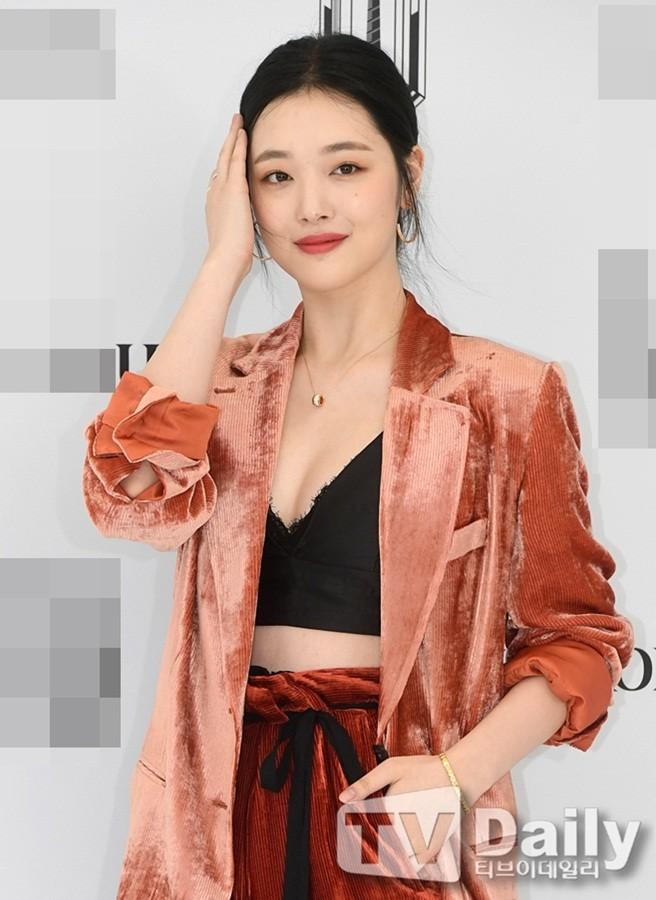 'Chị đại' Kim Hye Soo đọ sắc Hoa hậu Honey Lee và thiên thần 9x Sulli - ảnh 17