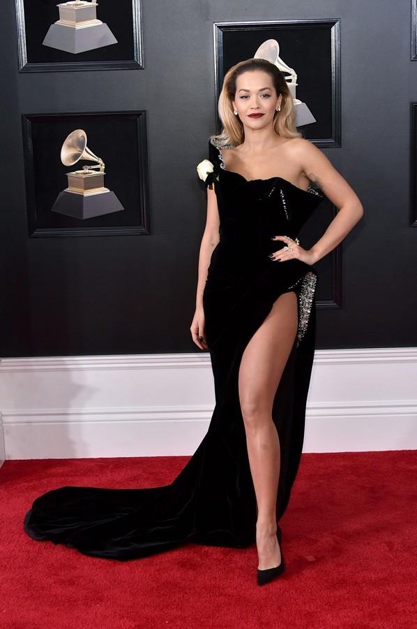 Rita Ora mặc trang phục như bikini lên sân khấu - ảnh 11