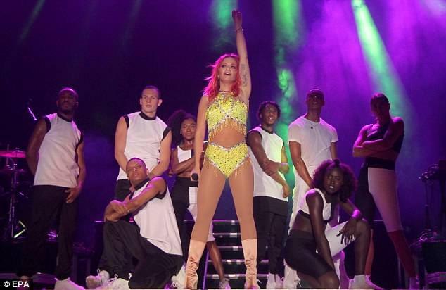 Rita Ora mặc trang phục như bikini lên sân khấu - ảnh 2