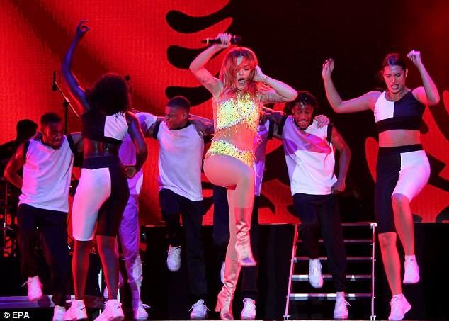 Rita Ora mặc trang phục như bikini lên sân khấu - ảnh 4