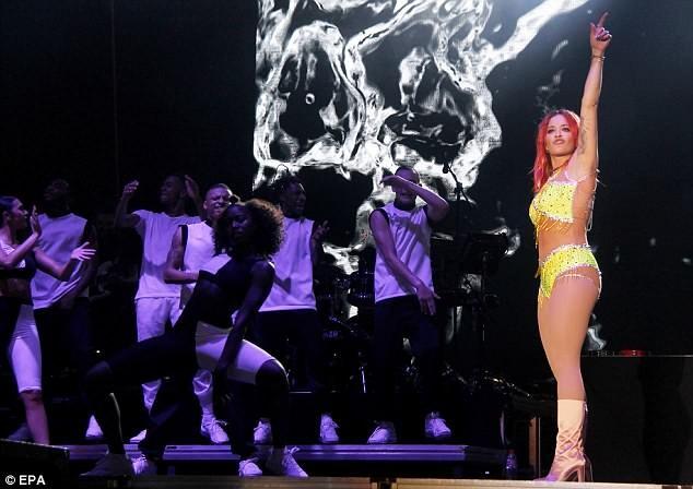 Rita Ora mặc trang phục như bikini lên sân khấu - ảnh 5