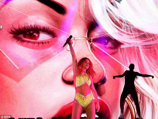Rita Ora mặc trang phục như bikini lên sân khấu - ảnh 6