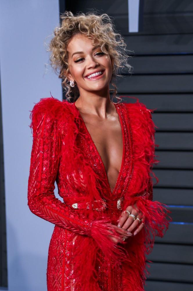 Rita Ora mặc trang phục như bikini lên sân khấu - ảnh 9