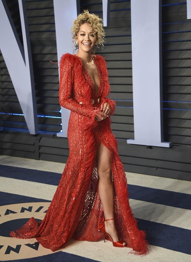 Rita Ora mặc trang phục như bikini lên sân khấu - ảnh 10