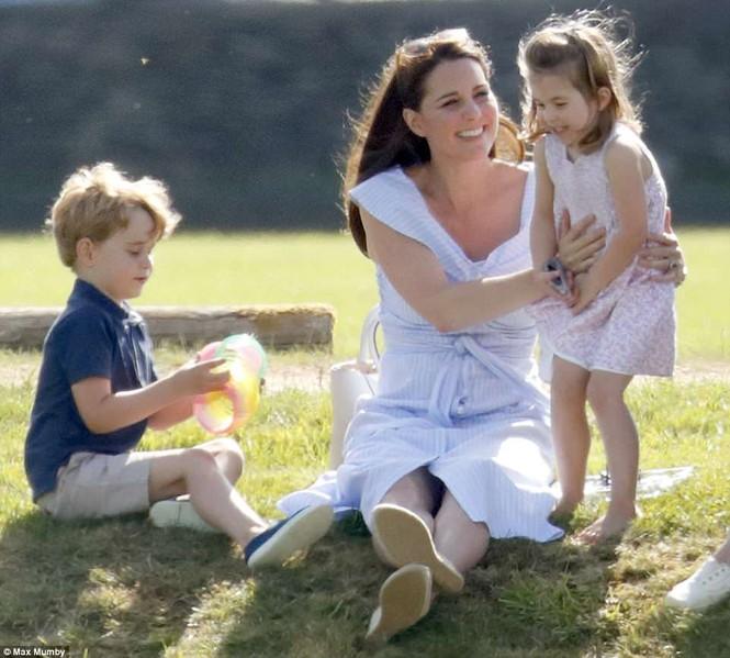 Sau 7 tuần sinh con, Công nương Kate rạng ngời tươi trẻ - ảnh 2