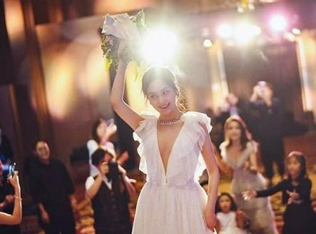 Cô dâu U40 Chung Hân Đồng xinh đẹp với đường cong quyến rũ - ảnh 14