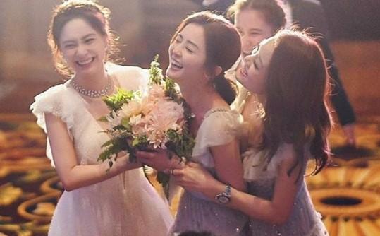 Cô dâu U40 Chung Hân Đồng xinh đẹp với đường cong quyến rũ - ảnh 15