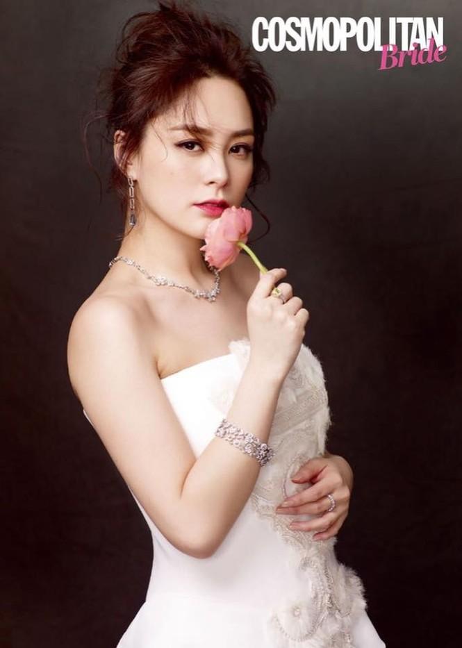 Cô dâu U40 Chung Hân Đồng xinh đẹp với đường cong quyến rũ - ảnh 4