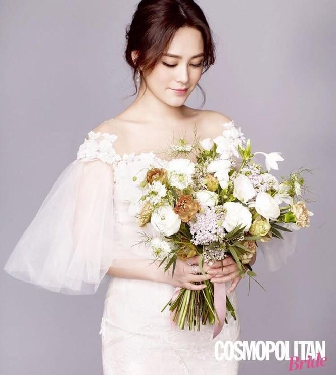 Cô dâu U40 Chung Hân Đồng xinh đẹp với đường cong quyến rũ - ảnh 2
